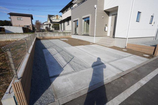 【同仕様施工例】駐車場も整備されているので駐車もラクラクですよ。