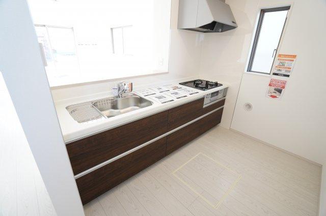 【同仕様施工例】キッチン下にある引出し式収納はお鍋やフライパンなどすっきり片付けできます。