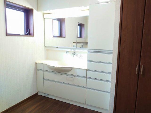 明るく清潔感溢れる広々とした洗面スペース 毎日使う場所だからこそ、快適な空間となっております リネンや洗剤などのを収納できるキャビネットもございます
