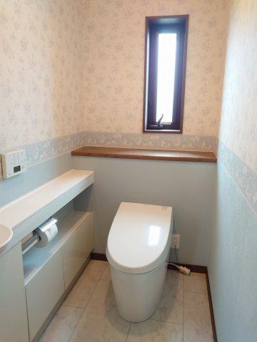 トイレは1階・2階にございます 温水洗浄暖房便座機能付 手洗いキャビネット付
