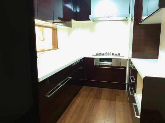 キッチン4.7帖 対面式と独立型の良さとを兼ね備えた機能的なキッチン