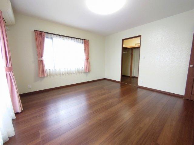 2階9.8帖洋室 広々とした居室には大型WICを完備しております
