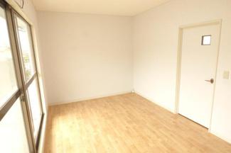 2階 真ん中洋室6帖。お部屋が沢山あると色々な用途で使えますね!