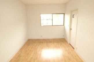 2階 南西洋室6帖。3室からバルコニーへアクセス可能。