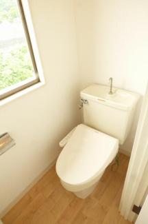 2階トイレ。温水洗浄便座。