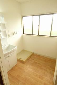 洗面所。独立洗面台。室内洗濯機置き場。大きい窓があります。
