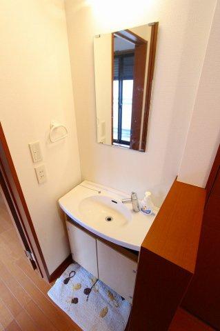 2階廊下トイレの隣には洗面台があります 三郷新築ナビで検索