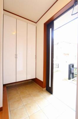 おおきなシューズボックス完備のきれいな玄関です 三郷新築ナビで検索