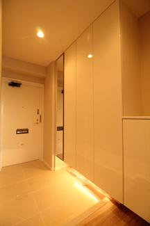 かなり広い玄関です 収納も壁一面でたっぷり