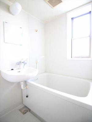 明るい浴室です。