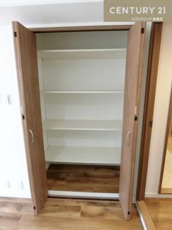 キッチン横の物入はパントリー(食品庫)としてもお使いいただけますね。