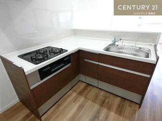 新調された3口コンロのL字型キッチンは使い勝手も良さそうでお料理も楽しくできそうですね。