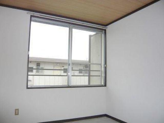 大きな窓があり、明るいお部屋です