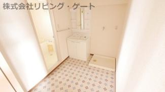 約2.5帖ほどある広々とした洗面所。独立洗面台。室内洗濯置き場。
