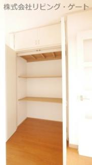 玄関収納。大きい収納。中に棚が2段あるので整理しやすいですね。