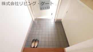 広めの玄関。広いと靴などがゴタゴタしないのが良いですね。