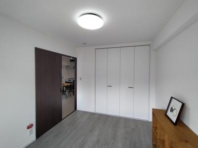 洋室(約6.5帖):こちらのお部屋にはクローゼット収納がございます。