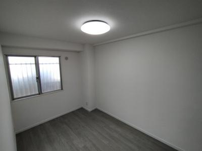 洋室(約4.6帖):北向きの窓の外は玄関ポーチですので、外からの視界も気になりませんよ♪