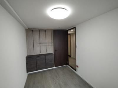 洋室(約4.6帖):こちらのお部屋にはオシャレな収納や棚がついています。 全室クロス貼り替えていますので、大変綺麗です。