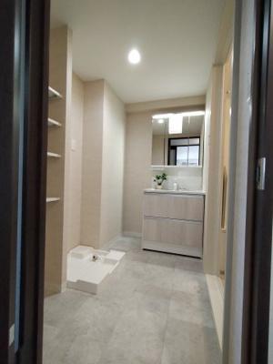 ゆとりの洗面スペースです。洗面台横にもスペースがあり棚や収納家具を置く事も出来ますね♪