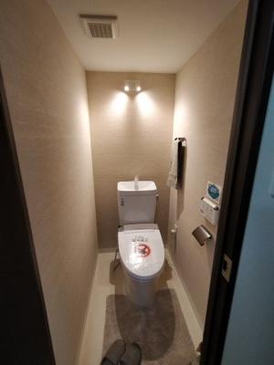 気になるトイレは新調していますので、気持ち良くご利用いただけます。 嬉しい壁付けリモコンの温水洗浄便座完備。