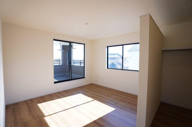 【同仕様施工例】2階 バルコニーがあるお部屋で明るいです。
