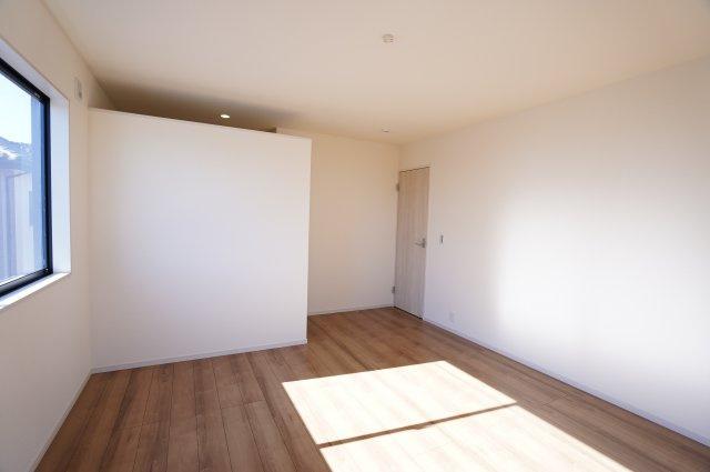 【同仕様施工例】2階 南向きのお部屋です。窓から差し込む陽射しが心地いいです。