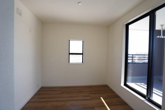 【同仕様施工例】2階  バルコニーがあるお部屋です。大きな窓から明るい光が差し込み明るいお部屋です。