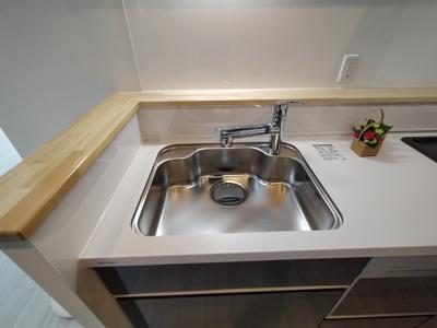 キッチンやシンク前には調味料等を置くのにも便利なカウンターがついており便利ですね♪