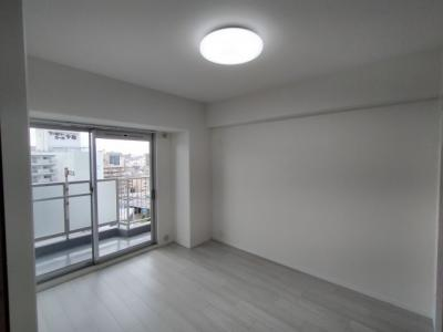 洋室(約5.6帖):西向きバルコニーに面した明るいお部屋です。