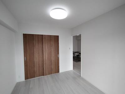 洋室(約5.6帖):こちらのお部屋にはクローゼット収納がございます。洗濯動線がよいですね♪