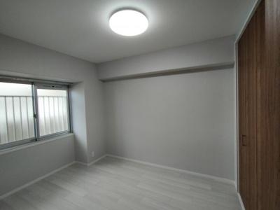 洋室(約5.5帖):東向きの窓から朝日が入り気持ち良く目覚める事ができそうなお部屋です。