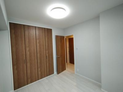 洋室(約5.5帖):こちらのお部屋には、クローゼット収納がございます。