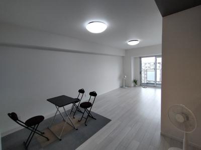 LDK(約15.5帖):西向きバルコニーに面した明るいお部屋です。