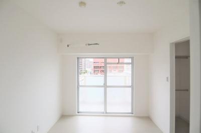 バルコニーのある洋室約4.5帖。お子様のお部屋にいかがでしょうか。