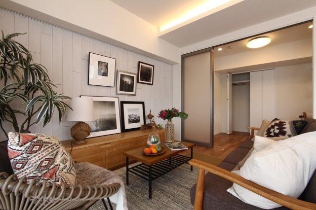 20.6帖の広々したリビングに隣接して洋室がございます。 開放してさらに大空間として使用も可能。