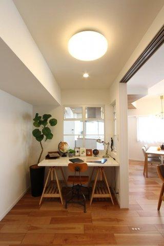 リビング横の洋室は、書斎やお勉強スペースにもピッタリ。  半個室カフェのような落ち着く空間です。