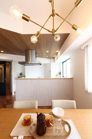 照明家具も一新し、洗練された空間を演出してくれます。  外からの明るい光に照らされ、オブジェのような存在感があります。