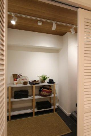 玄関すぐ横にございます広い納戸。  サーフボードや、大型の機材などもスッキリと収納できる便利な空間です。