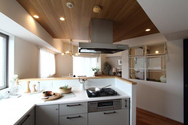 おしゃれなL字型キッチン。 リビングと一体感のある、スッキリとしたデザインで家事の時間も楽しくなりそうですね。