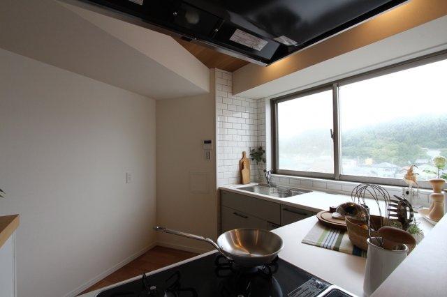 大きな窓のある気持ちの良いキッチンスペース。 広々した空間がございますので、ご夫婦や親子でお料理を楽しむことも出来そうですね♪