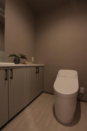 新規交換されたタンクレスは、節水効果も高く、お掃除がしやすいのが魅力です。 スッキリした空間に、備え付け収納が嬉しいですね。