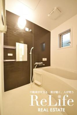 小窓付きのオシャレなバスルーム