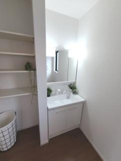 清潔感あふれるスタイリッシュなデザインの洗面化粧台です