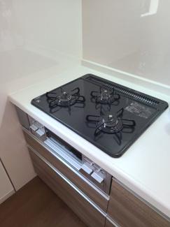 3口コンロの使いやすいシステムキッチン。お掃除しやすいところもポイントです