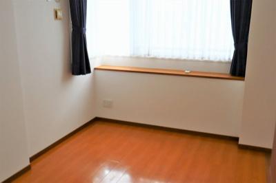 洋室 約11.2帖の窓にはカウンターが有ります♪