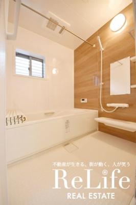 オシャレなバスルームにも小窓があります