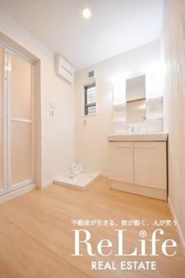 洗面脱衣室にも小窓があります