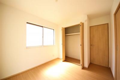 2号棟 1F洋室 二面採光で明るいお部屋