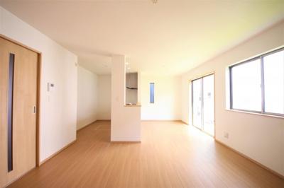 2号棟 二面採光の明るいLDK 窓付きの明るいキッチン 床下収納有